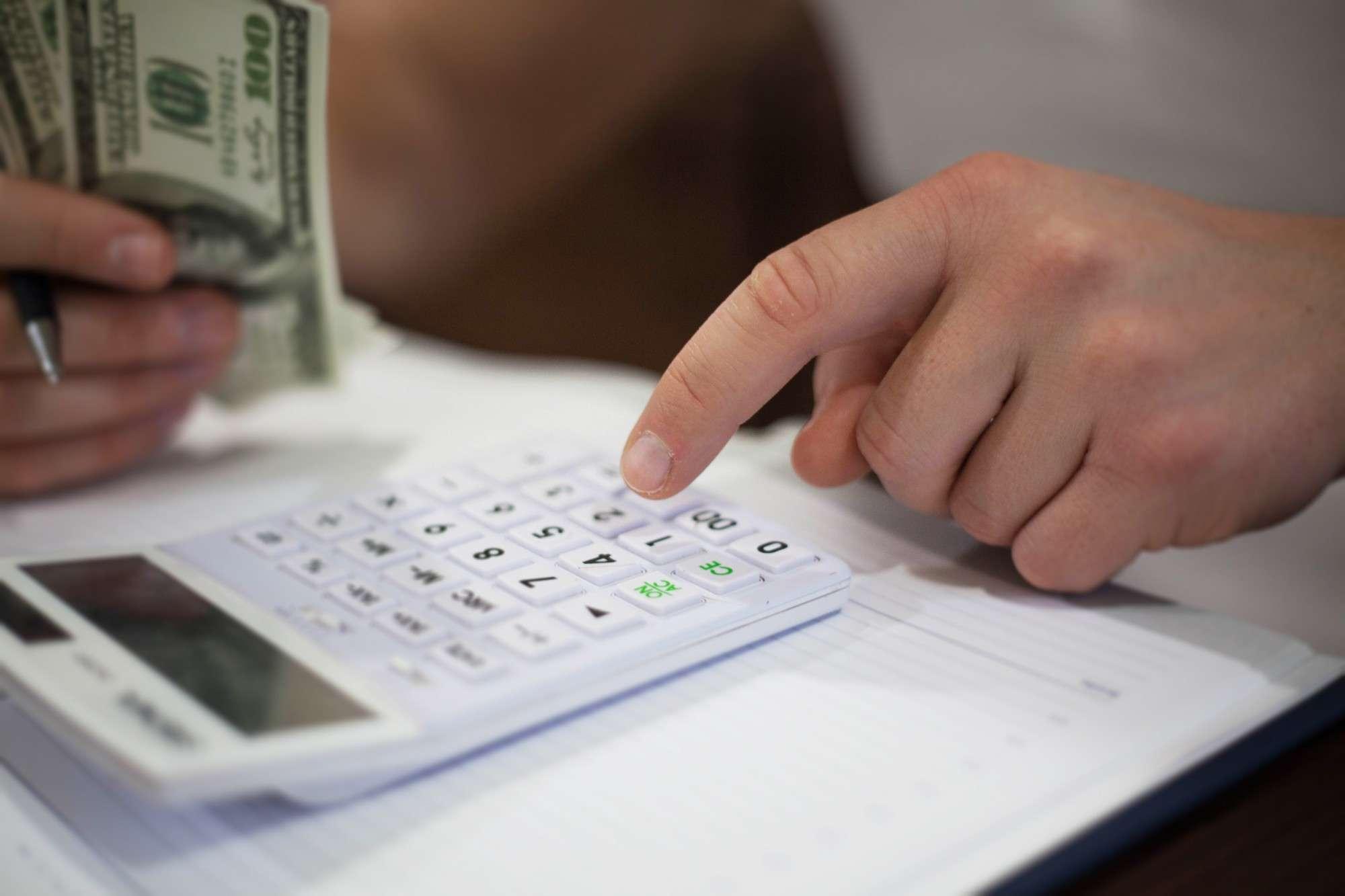 Alta do dólar: como organizar as finanças para morar fora?